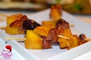 Brochetas de mango, jamón y uva